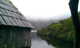 Cabana de madeira no lago dove do marrom foto de stock