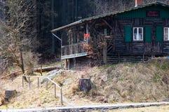 Cabana de madeira no meio da floresta imagens de stock