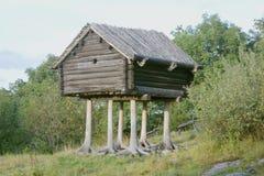 Cabana de madeira nos pés Imagens de Stock Royalty Free