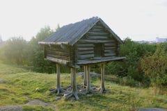Cabana de madeira nos pés Fotografia de Stock