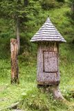 Cabana de madeira rústica da árvore em uma floresta Fotografia de Stock Royalty Free