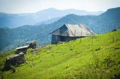 Cabana de madeira tradicional das montanhas Imagem de Stock Royalty Free