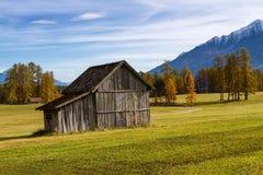 Cabana de madeira velha na montanha na paisagem rural da queda Platô de Mieminger, Áustria, Europa Fotografia de Stock