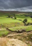 Cabana de pedra do pastor dos vales de Yorkshire acima do vale foto de stock