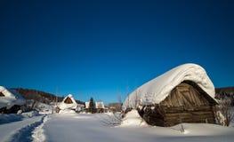 Cabana dilapidada no inverno Foto de Stock Royalty Free