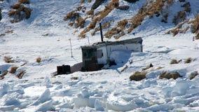 Cabana do ` s do caçador furtivo Baía de Nagaevo Extremo Oriente fotografia de stock