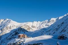 Cabana do salvamento da montanha no lago em montanhas de Fagarasi, Romênia Balea Fotografia de Stock Royalty Free