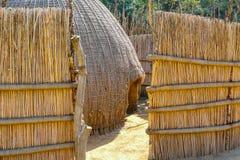 Cabana do tribo do Swazi na entrada de Suazilândia fotografia de stock