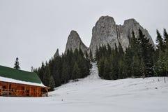 Cabana do turista nas montanhas no tempo de inverno Imagem de Stock