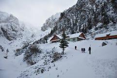 Cabana do turista no inverno nas montanhas Fotos de Stock Royalty Free