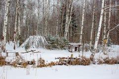 Cabana dos pescadores no inverno em um lago nevado imagem de stock
