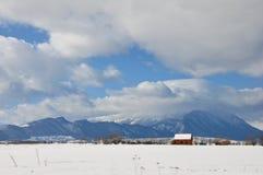 Cabana e montanhas no inverno Fotografia de Stock Royalty Free