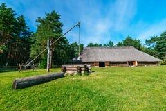 Cabana e poço tradicionais do país Foto de Stock