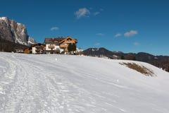 Cabana e Ski Slope Landscape da montanha em Sunny Day Fotografia de Stock Royalty Free
