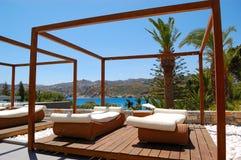 Cabana e sunbeds modernos no hotel de luxo Fotos de Stock Royalty Free