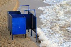 Cabana em mudança do metal velho em uma praia Imagem de Stock