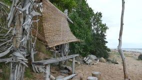 Cabana improvisada do abrigo da praia da madeira lançada à costa filme