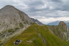 Cabana Kaiserjochhaus da montanha nos cumes de Lechtal, Tirol norte, Áustria Imagem de Stock Royalty Free