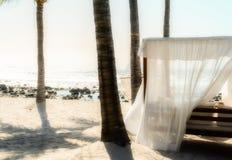 Cabana med vitgardiner på en härlig strand i Mexico royaltyfria bilder