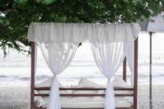 Cabana med vitgardiner på en härlig strand i Mexico royaltyfri foto