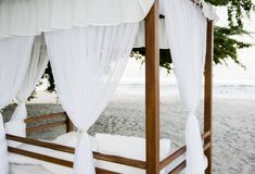 Cabana med vitgardiner på en härlig strand i Mexico royaltyfria foton