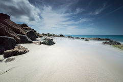 Cabana na borda de Azure Sea foto de stock royalty free