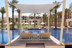 Cabana na piscina do hotel de luxo fotografia de stock