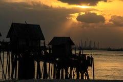 Uma cabana pequena sob o por do sol Fotos de Stock Royalty Free