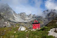Cabana nas montanhas de Talkeetna, Alaska do esqui de Backcountry Fotos de Stock