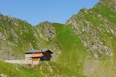 Cabana Podragu i Fagaras berg Royaltyfri Fotografi