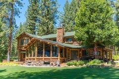 Cabana rústica de madeira ao lado de um campo de golfe Fotografia de Stock Royalty Free