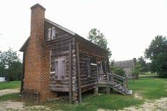 Cabana rústica de madeira com a chaminé em Camden histórico, SC fotografia de stock