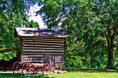 Cabana rústica de madeira com o vagão no parque da Hagan-pedra Imagem de Stock Royalty Free