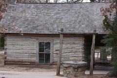 Cabana rústica de madeira com poço Fotografia de Stock Royalty Free