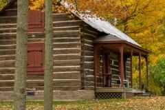 Cabana rústica de madeira de Almelund, outono imagens de stock