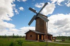 Cabana rústica de madeira do moinho de vento no museu do pão foto de stock