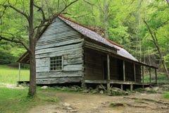 Cabana rústica de madeira histórica em Smokey Mountains imagens de stock