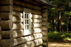 Cabana rústica de madeira na floresta do russo Imagem de Stock