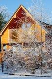 Cabana rústica de madeira no inverno Imagem de Stock