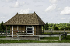 Cabana rústica de madeira no monte Fotografia de Stock Royalty Free