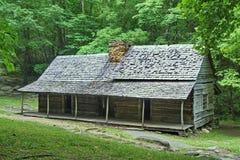 Cabana rústica de madeira velha em montanhas fumarentos Imagens de Stock Royalty Free