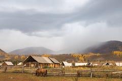 Cabana rústica de madeira de Xinjiang em nebuloso imagens de stock