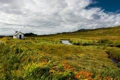 Cabana remota abaixo do rio na Irlanda Foto de Stock