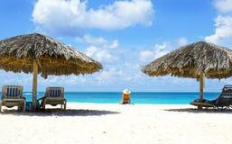 Cabana slags solskydd island maldivian Blått havsvatten och dramatiska moln aruba oranjestad Berömda Eagle Beach arkivfoto