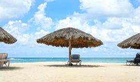 Cabana slags solskydd island maldivian Blått havsvatten och dramatiska moln aruba oranjestad Eagle Beach royaltyfri fotografi