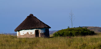 Cabana Thatched no campo Fotos de Stock Royalty Free