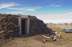 Cabana tradicional da grama no ártico imagens de stock