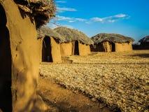 Cabana tradicional do massai feita da terra e da madeira foto de stock