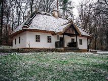 Cabana ucraniana da vila com telhado cobrido com sapê imagem de stock