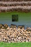 Cabana velha com woddpile Imagem de Stock